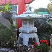 Japonská lampa Rokkaku Yukimi, červená žula, průměr 30cm